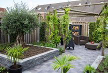 Sfeervolle bourgondische achtertuin / Sfeervol, tuin, bankje, barbecue, terras, keramiek, pergola, verlichting, openhaardhout