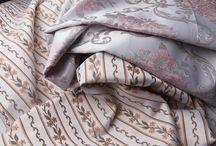 Jacquard/Жаккард / Жаккард — вид сложного плетения, а также гладкая безворсовая ткань, созданная методом жаккардового плетения, с многоцветным узором. Жаккард - особая техника плетения. Своеобразный рельефный рисунок, получаемый в результате сложного плетения на плотной ткани, напоминает своего рода гобелен. Чем толще нити и чем плотнее плетение, тем прочнее ткань