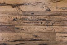 UNIQUE / Servendosi esclusivamente di materiali naturali e tecniche a basso impatto ambientale, Salis certifica il lavoro dei suoi maestri del legno, attestando l'età e l'autenticità della quercia di recupero, pensata per adattarsi ad ogni tipologia abitativa. Le antiche tecniche dell'intaglio, dell'intarsio, della piallatura e della decorazione rivivono nel parquet DiValore Unique, attento alle tendenze del design e alla moderna cultura dell'abitare.
