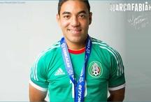 La verde / Marco Fabián portando el uniforme tradicional de la Selección Mexicana de futbol.