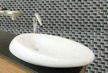Мозаика каменная / Этот вид мозаики получают из натуральных камней. Существует два способа обработки камней при изготовлении мозаики: полировка и искусственное состаривание. Полированная мозаика имеет блеск и гладкость, а состаренная обладает приятной шероховатой поверхностью. Каменная мозаика добавляет интерьеру незыблемости и солидности, её часто используют в этническом интерьере.