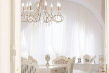 Kryształowe światło / Kryształy to element dekoracji, który niezmiennie zachwyca już od lat. Piękne kryształowe lampy coraz częściej wybierane są do nowoczesnych wnętrz, gdzie kontrastują z minimalistycznym designem.