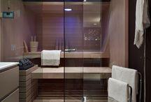 Kylpyhuone / kylpyhuoneen vedettävät kaapit: käsipyyhkeitä, pyyhkeitä,   muuta: omat kylpytakit
