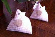 Simpatiche gallinelle / Gallinelle di tessuto imbottite con riso e ovatta, simpatiche decorazioni primaverili .