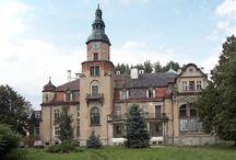 Pustków Żurawski - Pałac / Pałac w Pustkowie Żurawskim ufundował na przełomie 1869 i 1870 Carl Christian Naehrich. Obecnie jest własnością prywatną, w nie najlepszym stanie.