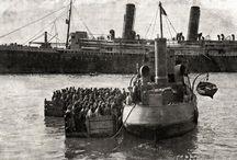 Asinara-Szamár sziget- Pokol a paradicsomban / kb. 80.000 osztrák -magyar hadifogolyból 1915 késő őszén –  niši gyűjtőtáborból már csupán 35 ezer indulhatott erőltetett menetben délnyugat felé.  A foglyok maradékát –  23-24 ezer embert-  az albániai Valona kikötőjében hajózták be az olaszok, s a kietlen szardíniai vesztegzár- és börtönszigetre, Asinarára szállították.A végső mérleg szerint mindössze hatezer hadifogoly maradt életben!