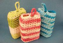 F Craft: bathroom / vaskekluter, klut rundt såpe, oppheng til vegg/ lommer, kleshengertrekk, and/ ender til pynt. Mest hekling, men strikkekluter og håndkle også.