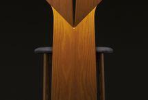 Ougi / 日本伝統の遊びである折り紙。「扇」をモチーフに、椅子も折り紙と同じように、一つの平面材を山折り、谷折りしながらデザインしました。椅子の機能性と芸術性を見事に融合し、日本伝統美の感性が集約されているかのようです。