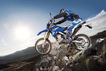 WR250R / Yamaha'nın dünyaya egemen olan off-road'a ilişkin teknik bilgisi ve R Serisi supersport motosikletlerinin ödün vermeyen tavrının karışımı WR250R; sıradan bir arazi motosikletinden çok daha fazlası...