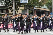 時代祭 / 時代祭は葵祭、祇園祭とともに京都三大祭の一つとして知られ、国内はもとより海外からの参観者も多く、 沿道には豊かな国際色が見受けられます。山国隊の奏する笛、太鼓の音色を先頭に約2,000名・約2キロにわたる 行列は順次、平安京の造営された延暦時代にさかのぼり、私どもの心に過ぎ去った京都の歴史をしのばせます。