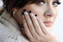 Adele / Adele is geboren in Londen op 5 mei 1988 als Adele Laurie Blue Adkins. Ze is een engelse soul- en jazzzangeres die in 2009 twee grammy awards won. Nadat haar eerst single 'Hometown Glory' uitkwam in Groot-Britannië, tekende ze bij het label 'XL Records'. Hierdoor kon ze in 2008 haar tweede single uitbrengen genaamd 'Chasing Pavements'. Dit werd gelijk een grote hit.  In Nederland is Adele doorgebroken bij het grote publiek door haar regelmatige optredens in de show van Paul de Leeuw.