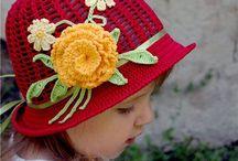 chapeau rouge à fleurs
