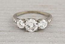 Miljövänliga & Etiska Ringar / Vi hoppas inspirera er till att välja miljövänliga och etiska ringar.   Att köpa en vintagering eller återanvända gammalt guld till en ny ring är det mest miljövänliga sättet. Ett annat alternativ är att leta upp en guldsmed som gör ringar i ekologiskt fairtrade guld.  Var noga med att fråga efter konfliktfria diamanter eller välj syntetiska diamanter som är gjorda i laboratorium. Syntetiska diamanter är vanligast i USA idag och finns att köpa på nätet.    [Eco-friendly Wedding Rings.]