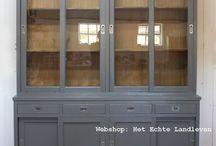 Schoolkasten / Grote gave Schoolkast - Winkelkast deze kast heeft een enorme goede uitstraling (nieuwe kast)  De kast heeft onder gesloten deuren en daarboven 4 ruime lades   Het vitrine gedeelte is hout kleur .verder staat de kast in donkergrijs egaal in de verf Deze kast bestaat uit een boven en onderdeel   De afmetingen zijn:  H 230 x B 195 x D 50 cm   Wilt U deze kast in een andere kleur dan is dat mogelijk tegen meerprijs.   www.hetechtelandleven.nl