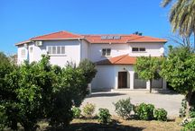 Ozankoy Villas / Ozankoy sits just a few kilometres outside Kyrenia and offers views of the Besparmak mountains and the Mediterranean Sea. An eclectic mix of old traditional properties and new modern designs makes the village a beautiful and interesting mix of styles.