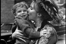 L'amore più grande / Che il Signore ti faccia ereditare la bellezza di tua madre, e lo spirito del tuo povero babbo buono a nulla, senza i suoi difetti! Mi farebbe più piacere vederti ereditare questo che delle grosse fattorie. Robert Burns (da Il poeta dà il benvenuto alla figlia)