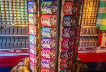 """Fantastyczny Świat Portugalskiej Sardynki / Sklep """"O Mundo Fantástico Da Sardinha Portuguesa"""", czyli """"Fantastyczny Świat Portugalskiej Sardynki"""", to jeden z najbardziej kolorowych sklepów w Lizbonie. Sprzedaje... sardynki w oliwie, a każda puszka ma swój oryginalny desgin. Sprawdźcie sami, dlaczego jest to tak wyjątkowy sklep.  Link: http://infolizbona.pl/sardynki-portugalskie-konserwy-najbardziej/  #sardinas #portugal #lisboa #lizbona #portugalia"""
