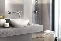 TUULA / TUULA to jedna z czterech kolekcji stworzonych dzięki współpracy Ceramiki Pilch ze Studiem Lenart. Designerska linia inspirowana jest ponadczasowymi wzorami i technikami wykorzystywanymi w sztuce, a cechuje ją elegancja, staranna estetyka i minimalizm.