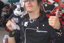 Mikey Way And His Glasses / Any and every photo of Mikey with his glasses. | Zy |
