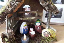 Kerststal. / Van stenen uit de Maas kerstfiguren verven. Maak de stenen eerst goed schoon voordat je begint. Verf ze dan eerst allemaal wit zodat de echte kleuren beter uit komen.