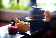 """茶の湯 Chanoyu / 一碗のお茶をまず自分が楽しみ、そしてその一碗をお人と分かち合う一期一会の機会をもつことが""""茶の湯""""。 一方、茶の湯を楽しむ一人ひとりが立ち止まって自分の歩んできた道を振り返った際に、その道が利休居士に続いているということを確認すること、それが""""茶道""""なのです。"""