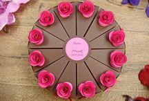 tort z papieru / tort z papieru ozdobiony kolorowymi różyczkami