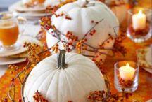 44 Dekoideen für einen Esstisch im Herbst / Auf eine herbstlich geschmückte Tafel passen saisonale Blumen und Früchte wie Dahlien, Kürbisse und Kohl, Äpfel, Trauben und Nüsse. Arrangieren Sie diese zusammen mit Blättern, Ästen und Kerzen.