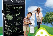 Boggie board /  ¡Escribe y borra hasta 50 mil veces! Di adiós al papel con la nueva Boggie board. Es una pizarra digital, amigable con el ambiente, ultrafina, ligera, duradera, no tóxica resistente y fácil de limpiar.  Escribir o dibujar en ella es igual de cómodo y ágil que hacerlo sobre papel convencional. Incluso es posible 'sombrear' dibujos presionando con los dedos como si utilizáramos carboncillo.