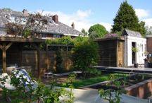 Jaren 30 tuinen / Tuinen welke perfect passen bij de 30 jaren stijl van de woning. Gebruik van gras, steen, hout, veel planten en kleur