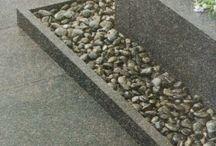 Inspiratie: Opsluitbanden & Palissaden / Opsluitbanden zijn meestal puur functioneel en dienen om het verzakken van bestrating tegen te gaan. Gebruikt u geen opsluitbanden dan zal uw bestrating na verloop van tijd aan de zijkant steeds meer weg zakken of kantelen. Als alternatief kunnen palissadebanden gebruikt worden. verkrijgbaar met ronde of vierkante paaltjes in hoogtes van 25, 35, 40 of 50 cm.
