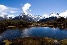 Милфорд-Саунд / Наверное нет на Земле более красивого места, более завораживающего, более притягивающего и более пугающего своим величием, чем северо-западный Саутленд с его снежными горными вершинами, очаровательными девственными лесами, не тронутыми рукой человеческой, лазурными, чарующими взгляд озерами и конечно, врезающимися на десятки километров в тело острова и искусно сделанными умелой рукой неутомимого Мастера Бога Ту-Те-Раки-Ваноа фьордами.