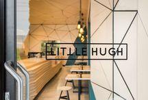 Das Interieur Des Cafés Ist In Geometrische Trennwand-Shapes Abgedeckt.