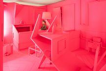 HERE IN MILAN... CONVERSATION PIECES... / Dans un appartement nommé Conversation Pieces, des espaces de vie au mobilier, des serviettes brodées aux jeux vidéos, du papier peint interactif jusqu'aux centres de table, le design d'espace, de produits et d'objets révèle que les matériaux, formes et concepts peuvent modifier les relations entre les gens et les inviter à converser, par exemple. Workshop sous la direction de Daniel Zamarbide & Nitzan Cohen
