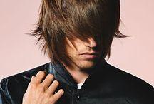 Herrefrisurer - Langt hår / Med 'Herrefrisurer - Langt hår' forsøger vi altid at opdatere dig på de nyeste frisuretrends i langt hår. Er du mere nysgerrig, kan du finde yderligere inspiration under frisurekollektioner på vores hjemmeside.