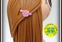 Fofucha Niña de Comunión Manuela / Esta es nuestra fofucha de comunión Manuela. Lleva una traje diferente y original. Está realizado en tela de lino con puntillas sobre una base de gomaeva. En los pies unas princesitas rosas. ¡Esperamos que os guste!