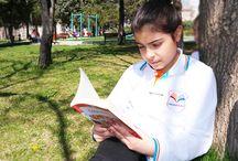 Yeşille İç İçe Kitap Okumanın Keyfi / Havaların ısınmış olmasıyla birlikte öğrencilerimiz, öğretmenleriyle beraber yeşil alanları kullanmaya başladılar. Bu etkinlikle doğayla iç içe, çiçekler ve kuşlar içerisinde, toprağın çepeçevre sardığı bu güzel alanda öğrencilerimiz hem kitap okumanın hem de doğayla kucaklaşmanın keyfini beraber yaşadılar.
