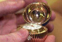 FABERGÉ - velikonoční vajíčka pro carskou rodinu / V klenotnické dílně v Petrohradu v letech 1885-1917 ruský zlatník Peter Carl Fabergé se svou rodinou a spolupracovníky vyráběl umělecké a zlatnické předměty pro evropskou šlechtu. Nejslavnější jsou Fabergé vejce, zlaté klenoty v podobě vajec s překvapením uvnitř. Zdokumentováno bylo 71 těchto klenotů, z toho 52 na zakázku carské rodiny a další pak pro Fabergé stálé nebo prominentní zákazníky. Vejce Fabergé se stalo symbolem klenotnického umění a synonymem luxusu. Dochovalo se 46 exemplářů.