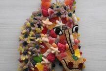 Gâteaux pour anniversaire enfant / C'est bien connu les enfants adorent les bonbons, les sucettes, les chewing-gums...enfin toutes les confiseries ! Pour l'anniversaire de votre enfant un gâteau de bonbons c'est vachement bon, surtout quand il est fait avec des bonbons haribo. Acheter un gâteau aux bonbons c'est faire plaisir et se faire plaisir, pour les anniversaires enfants il existe des gâteau bonbons de toutes formes et à tout prix.