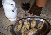 Empanadas criollas y vino de pinguino