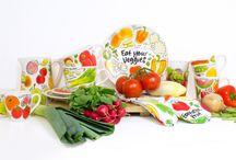 Fruit & Veggies / De collectie Fruit & Veggies wordt gekenmerkt door kleurrijke fruitsoorten en heerlijke groentes. Schenk tomatensap uit de sapkan of serveer de lekkerste salades op onze schaal. Eat your veggies!