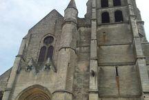 Eglise Saint Samson - Clermont / Les parties les plus anciennes de cet édifice suggèrent qu'il a été construit à partir du tout début du XIIIème siècle. L'église a été détruite par un incendie au XIVème siècle, elle est alors presque complètement et fait l'objet d'unenouvelle consécration. L'église Saint Samson est connue pour ses vitraux des XVIème et XIXème, qui seront également évoqués au cours de la visite.