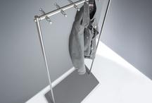 Kleiderständer / Standgarderoben mit drehbaren Kleiderhaken oder Edelstahl Kleiderständer mit feststehenden Garderobenhaken stehen in verschiedenem Design zur Auswahl.