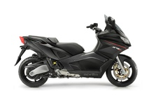 Aprilia SRV 850 / Aprilia SRV 850 redefines the edge of the scooter world limits. Power, set-up, sporty spirit, design: everything about the SRV 850 recalls the technical, performance and aesthetic standards of Aprilia superbike.The style is clearly reminiscent of the Aprilia superbike world.
