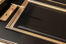 Collezione LADY / Lady rappresenta appieno il periodo barocco, estrosità e fantasia in grado di stupire e meravigliare. Lady è una porta laccata (anche anticata) pantografata arricchita da dettagli studiati per renderla unica: ermabugna (anche in oro o argento), decori realizzati a mano, fregi e pantografatura a diamante. www.fbpporte.com #porte #legno #interni #wood #door #madeinitaly #baroccostyle
