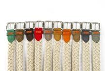 Cinturones colección Primavera-Verano 2013 / Cinturones unisex elaborados artesanalmente en España. Están confeccionados con trenzado de yute de cinco cuerdas o cabos, y rematado con piel de vacuno o lona en textil 100% algodón en una variedad de 10 colores.   La hebilla se trata de una fornitura en zamak, esto es, una aleación de zinc, aluminio y cobre que permite un acabado perfecto.