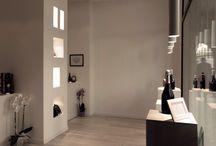 Enoteca Padova / Esce dai canoni dell'enoteca classica e diviene una serie di vetrine che ne esaltano il prodotto. Lo studio dell'illuminazione unito alla modalità di esposizione creano un piccolo spazio di vetrina continua