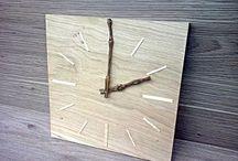 """Work: Horlogue """"Wood Time"""" / Ici les couleurs pâles et naturelles des bois nous offre un côté zen et contemporain qui nous apaise et nous rassure. Les deux branches nous évoquent la nature, la liberté et la bienveillance du bois. Ces trois éléments se complètent et nous offrent un tableau uni et naturellement relaxant. Le temps devient alors un appaisement, une relaxation."""