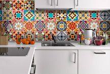 Des #crédences pas comme les autres / Élément incontournable de la #cuisine, la #crédence se décline aujourd'hui selon toutes les envies. Matériaux, motifs, couleurs, tout est possible... ou presque !