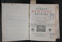 APADRINAT! Isaaci Newtoni Optices libri tres ; Accedunt ejusdem Lectiones opticae, et Opuscula ... / Edició de 1749 en Pàdua de l'obra Opticks –publicada originàriament el 1704- de Sir Isaac Newton. L'obra exposa la teoria corpuscular de la llum de Newton i ha estat considerada una gran síntesi sobre temes òptics on Newton resumeix i completa treballs anteriors. La present edició destaca especialment per oferir més d'un centenar de gravats que acompanyen el text principal, disposats en fulls de làmines plegats. L'exemplar procedeix del Convent de Santa Caterina, de Barcelona.