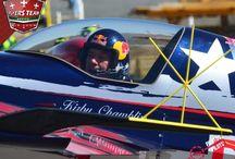 Kirby Chambliss / Kirby Chambliss ha pasado tanto tiempo volando en su Zivko Edge 540 que ahora bromea diciendo que los controles y alas forman parte ya de sus propios brazos.   Nombrado como uno de los 15 mejores pilotos acrobatas en el país, Kirby fue invitado a competir en los primeros eventos de Red Bull Air Race en los primeros años del 2000.